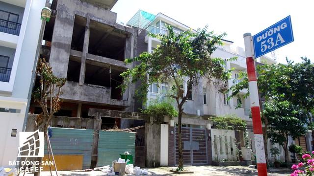 Cận cảnh vô số villa tỷ đồng bỏ hoang giữa lòng khu thành phố sầm uất bậc nhất khu Đông TP.HCM - Ảnh 3.