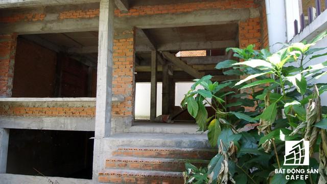Cận cảnh vô số villa tỷ đồng bỏ hoang giữa lòng khu thành phố sầm uất bậc nhất khu Đông TP.HCM - Ảnh 4.