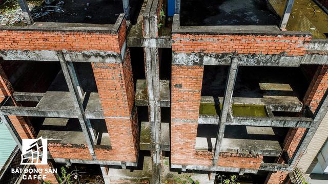 Cận cảnh vô số villa tỷ đồng bỏ hoang giữa lòng khu thành phố sầm uất bậc nhất khu Đông TP.HCM - Ảnh 9.