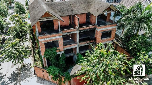 Cận cảnh vô số villa tỷ đồng bỏ hoang giữa lòng khu thành phố sầm uất bậc nhất khu Đông TP.HCM - Ảnh 10.