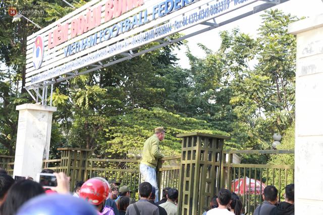 Trụ sở Liên đoàn bóng đá Việt Nam bị hàng trăm người vây kín sau vài giờ mở bán vé online - Ảnh 1.