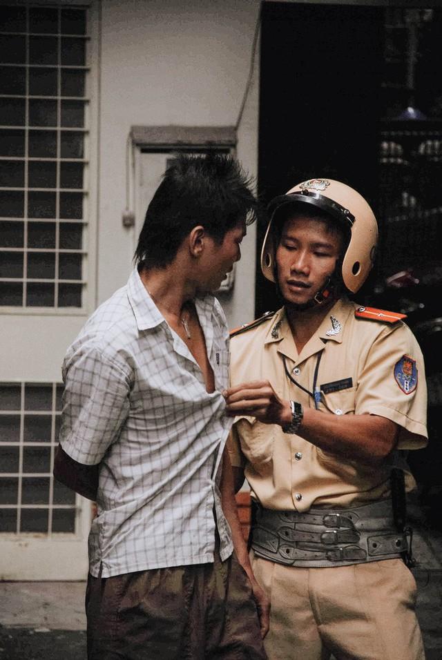 Tác giả bộ ảnh CSGT bắt cướp ở Sài Gòn 11 năm trước: Thật kì diệu vì họ có thể thuyết phục tên cướp buông kiếm đầu hàng - Ảnh 15.