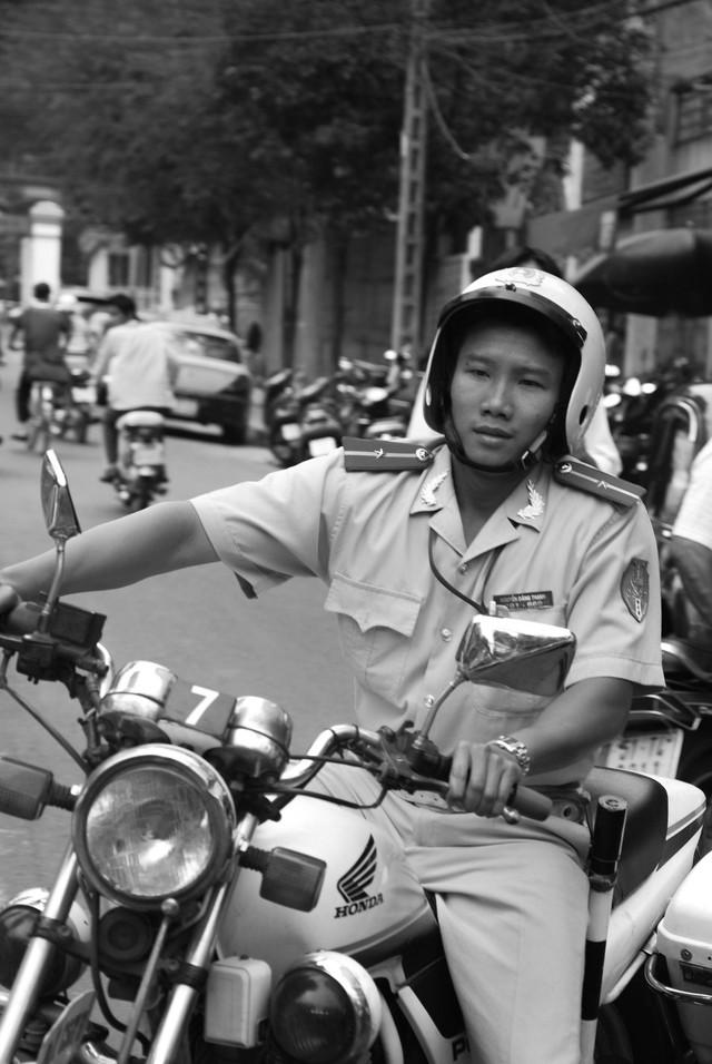 Tác giả bộ ảnh CSGT bắt cướp ở Sài Gòn 11 năm trước: Thật kì diệu vì họ có thể thuyết phục tên cướp buông kiếm đầu hàng - Ảnh 19.