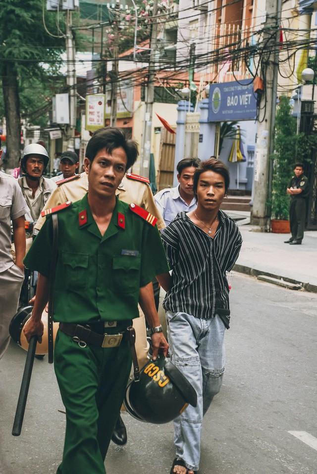 Tác giả bộ ảnh CSGT bắt cướp ở Sài Gòn 11 năm trước: Thật kì diệu vì họ có thể thuyết phục tên cướp buông kiếm đầu hàng - Ảnh 5.