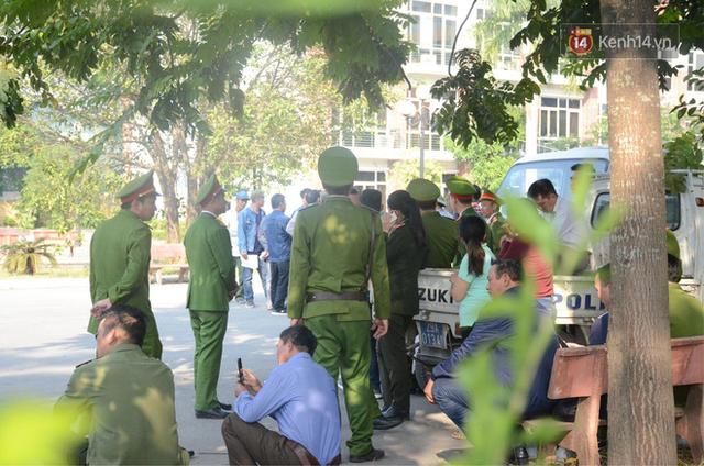 Hàng trăm người cao tuổi và cựu chiến binh kéo đến cổng trụ sở VFF để chờ mua vé trận bán kết giữa Việt Nam - Philippines - Ảnh 6.