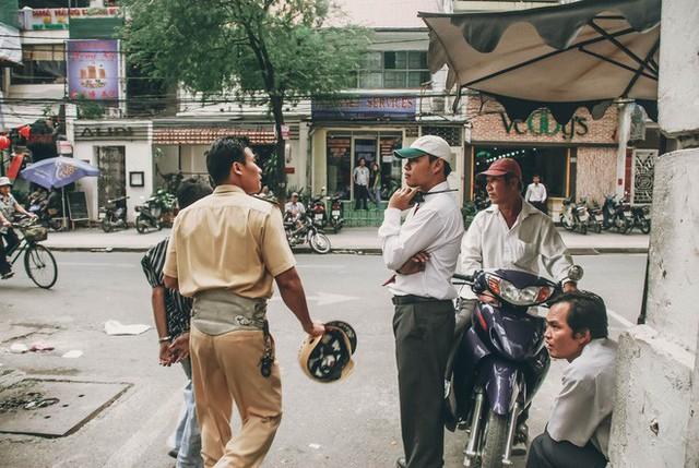 Tác giả bộ ảnh CSGT bắt cướp ở Sài Gòn 11 năm trước: Thật kì diệu vì họ có thể thuyết phục tên cướp buông kiếm đầu hàng - Ảnh 7.