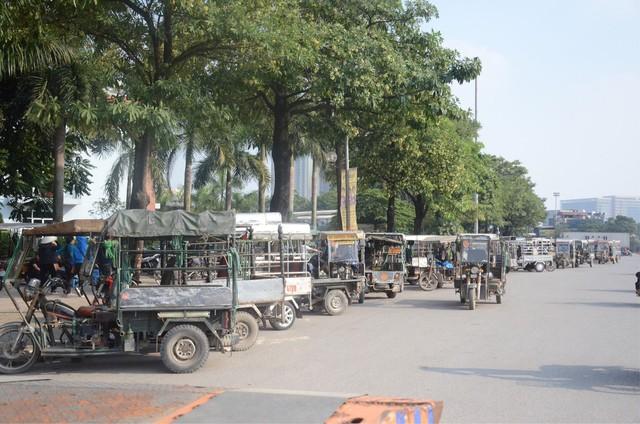 Hàng trăm người cao tuổi và cựu chiến binh kéo đến cổng trụ sở VFF để chờ mua vé trận bán kết giữa Việt Nam - Philippines - Ảnh 8.