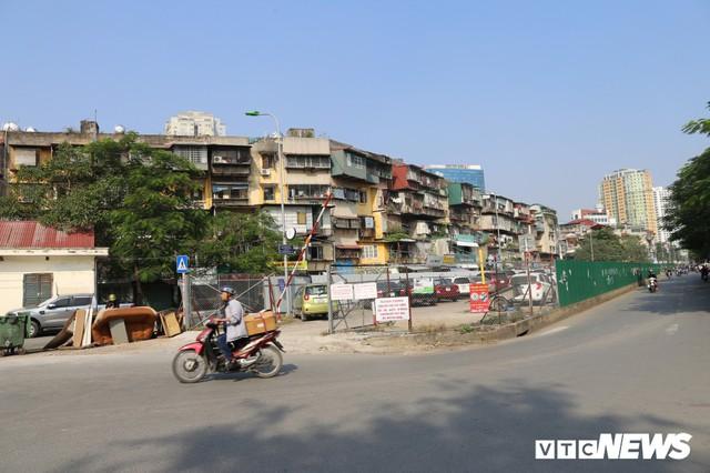 Ảnh: Bãi đỗ xe thông minh đắp chiếu, biến thành nơi trông xe truyền thống tại Hà Nội - Ảnh 1.