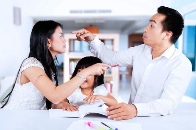 Bố mẹ thường xuyên làm việc này trước mặt con, đừng hỏi vì sao lớn lên trẻ tự ti - Ảnh 1.
