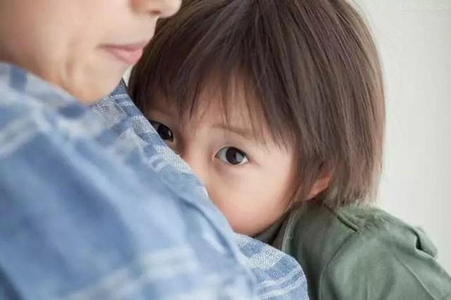 Bố mẹ thường xuyên làm việc này trước mặt con, đừng hỏi vì sao lớn lên trẻ tự ti - Ảnh 2.