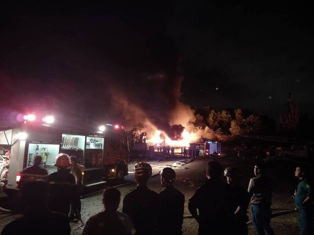 Tiếng nổ lớn phát ra từ đám cháy ở Khu công nghiệp, điều hàng chục xe chữa cháy dập lửa - Ảnh 1.