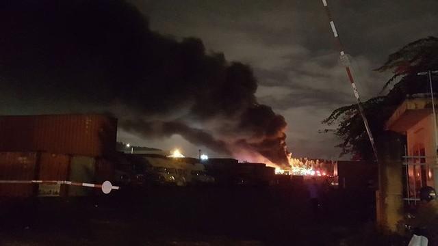 Tiếng nổ lớn phát ra từ đám cháy ở Khu công nghiệp, điều hàng chục xe chữa cháy dập lửa - Ảnh 2.