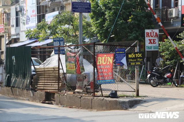 Ảnh: Bãi đỗ xe thông minh đắp chiếu, biến thành nơi trông xe truyền thống tại Hà Nội - Ảnh 11.
