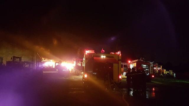 Tiếng nổ lớn phát ra từ đám cháy ở Khu công nghiệp, điều hàng chục xe chữa cháy dập lửa - Ảnh 3.