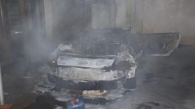Hỏa hoạn thiêu rụi ô tô Audi trị giá 1 tỷ đồng  - Ảnh 2.
