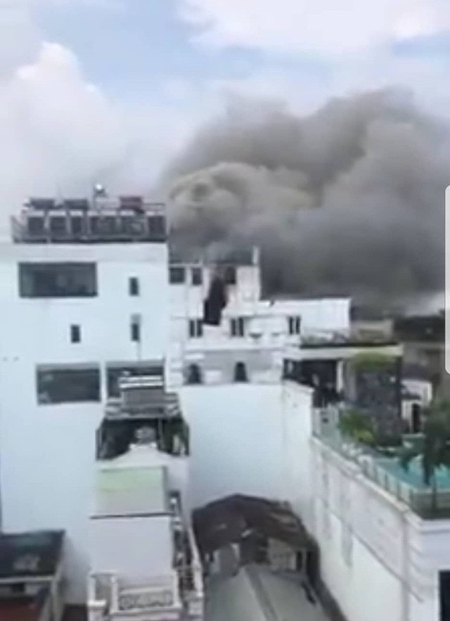 Khách sạn giữa trung tâm Sài Gòn bốc cháy dữ dội, nhiều người bỏ chạy tán loạn - Ảnh 1.