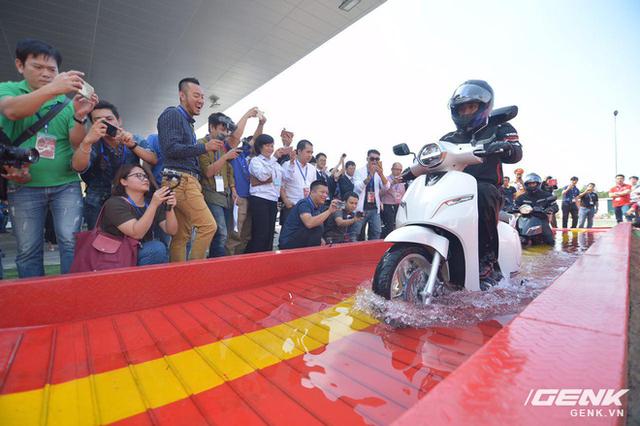 Chuyên gia giải đáp về xe máy điện VinFast: kháng nước tiêu chuẩn gì? Bảo hành bao lâu? Sạc bao phút thì chạy được? - Ảnh 1.