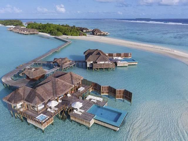 Bên trong khách sạn dưới biển đầu tiên trên thế giới, nơi bạn có thể ngủ cạnh cá mập với chi phí 1 tỷ/1 đêm - Ảnh 1.
