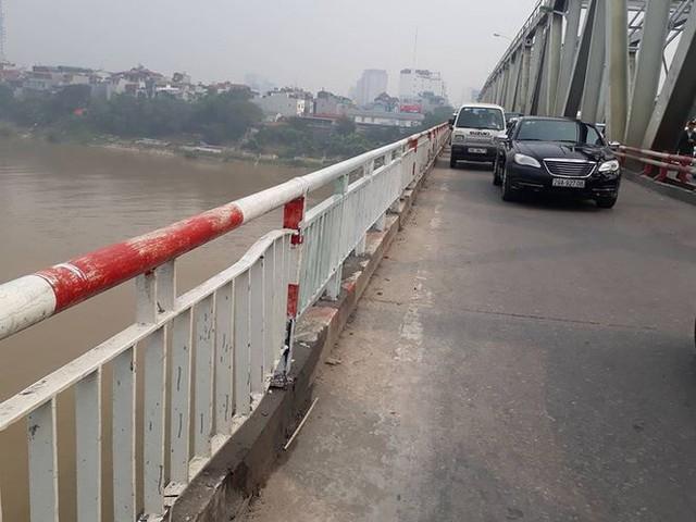 Vụ ô tô lao xuống sông hồng: Cho ô tô đi làn xe máy là sai thiết kế  - Ảnh 1.