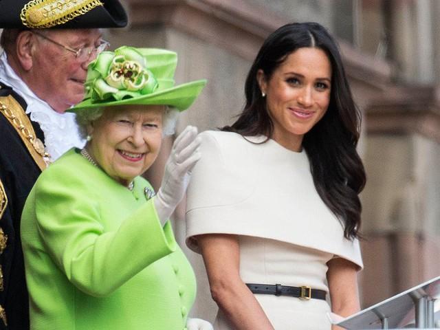 Nữ hoàng Anh lần đầu phá lệ, ưu ái dành tặng cháu dâu Meghan điều bất ngờ này, đến Công nương Kate cũng phát ghen - Ảnh 1.