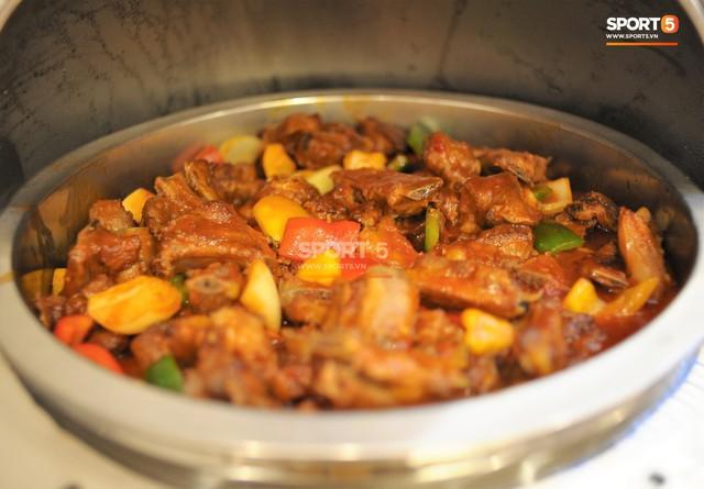 Tuyển Việt Nam được ăn thịt gà và nhiều món truyền thống trong bữa đầu tiên tại Lào - Ảnh 11.