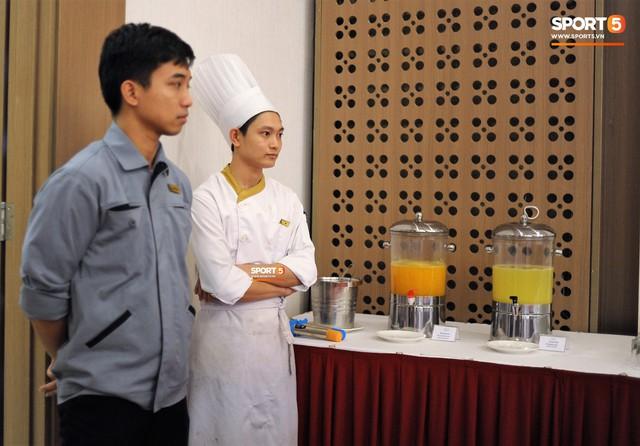 Tuyển Việt Nam được ăn thịt gà và nhiều món truyền thống trong bữa đầu tiên tại Lào - Ảnh 14.