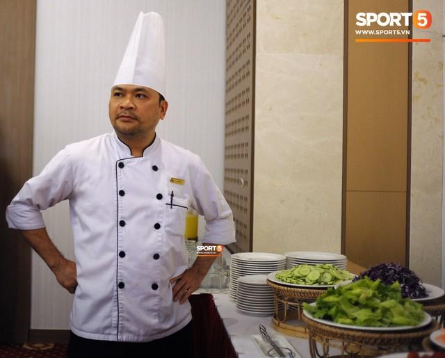 Tuyển Việt Nam được ăn thịt gà và nhiều món truyền thống trong bữa đầu tiên tại Lào - Ảnh 3.