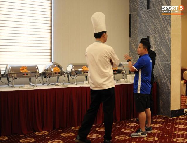 Tuyển Việt Nam được ăn thịt gà và nhiều món truyền thống trong bữa đầu tiên tại Lào - Ảnh 4.