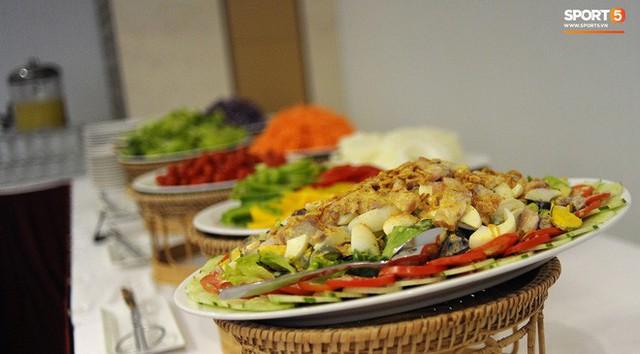 Tuyển Việt Nam được ăn thịt gà và nhiều món truyền thống trong bữa đầu tiên tại Lào - Ảnh 7.