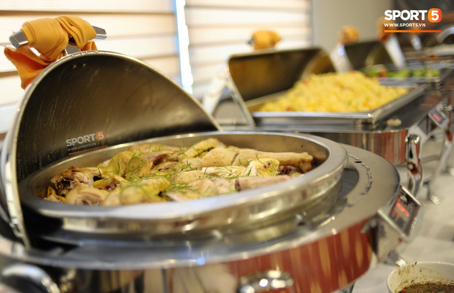Tuyển Việt Nam được ăn thịt gà và nhiều món truyền thống trong bữa đầu tiên tại Lào - Ảnh 8.