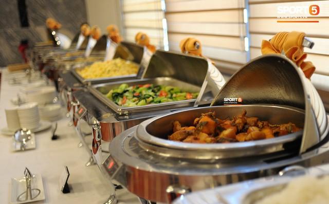 Tuyển Việt Nam được ăn thịt gà và nhiều món truyền thống trong bữa đầu tiên tại Lào - Ảnh 9.