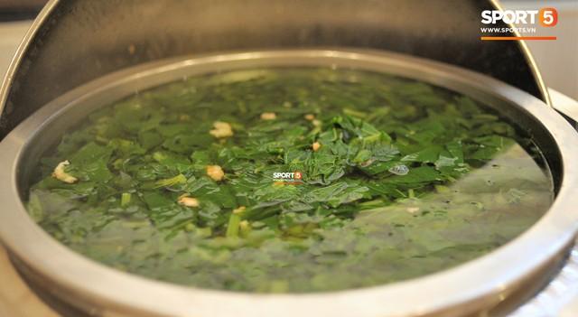 Tuyển Việt Nam được ăn thịt gà và nhiều món truyền thống trong bữa đầu tiên tại Lào - Ảnh 10.
