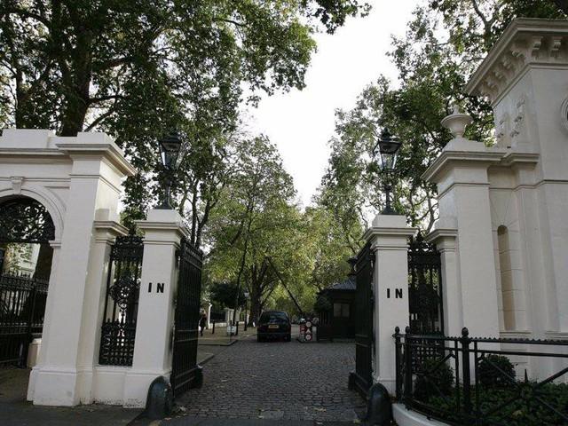 Cuộc sống giàu sang, nhiều màu sắc của ông chủ sở hữu CLB Chelsea - tỷ phú Roman Abramovich  - Ảnh 6.