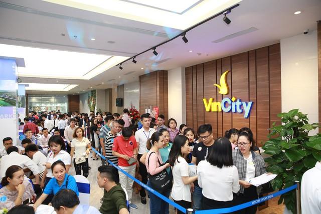 """VinCity """"đốt nóng"""" thị trường địa ốc Hà Nội với 7/16 tòa được đặt mua, vì sao lại thế? - Ảnh 1."""