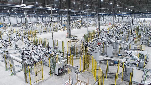 Hé lộ những hình ảnh đầu tiên về 1.200 robot chuẩn bị đi vào hoạt động tại nhà máy ô tô VinFast - Ảnh 1.