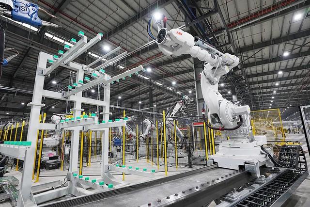 Hé lộ những hình ảnh đầu tiên về 1.200 robot chuẩn bị đi vào hoạt động tại nhà máy ô tô VinFast - Ảnh 10.