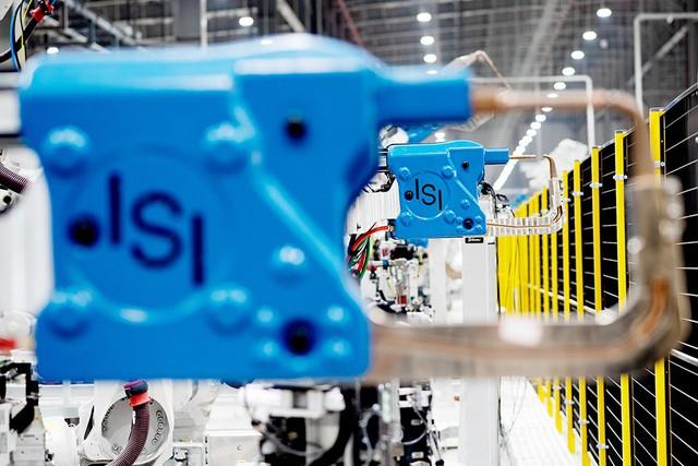 Hé lộ những hình ảnh đầu tiên về 1.200 robot chuẩn bị đi vào hoạt động tại nhà máy ô tô VinFast - Ảnh 11.