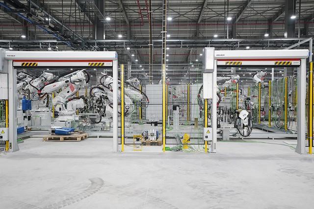 Hé lộ những hình ảnh đầu tiên về 1.200 robot chuẩn bị đi vào hoạt động tại nhà máy ô tô VinFast - Ảnh 13.