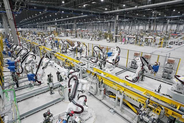 Hé lộ những hình ảnh đầu tiên về 1.200 robot chuẩn bị đi vào hoạt động tại nhà máy ô tô VinFast - Ảnh 14.