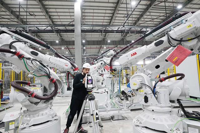 Hé lộ những hình ảnh đầu tiên về 1.200 robot chuẩn bị đi vào hoạt động tại nhà máy ô tô VinFast - Ảnh 2.