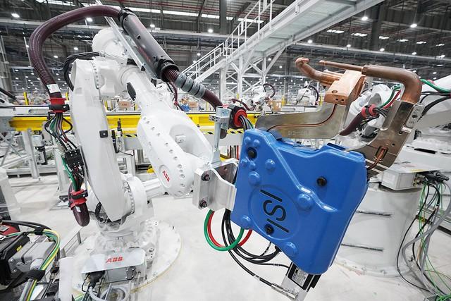 Hé lộ những hình ảnh đầu tiên về 1.200 robot chuẩn bị đi vào hoạt động tại nhà máy ô tô VinFast - Ảnh 3.