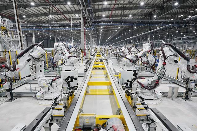 Hé lộ những hình ảnh đầu tiên về 1.200 robot chuẩn bị đi vào hoạt động tại nhà máy ô tô VinFast - Ảnh 4.