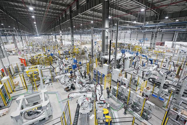 Hé lộ những hình ảnh đầu tiên về 1.200 robot chuẩn bị đi vào hoạt động tại nhà máy ô tô VinFast - Ảnh 8.