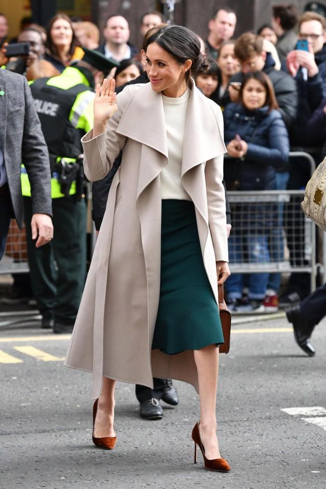 Rất chăm ủng hộ các NTK Anh nhưng Công nương Meghan lại lạnh nhạt với váy vóc của bà Becks vì lý do ít ai ngờ này - Ảnh 3.