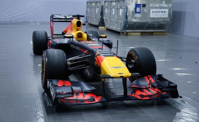 Cận cảnh siêu xe đua F1 ra mắt tại Hoàng thành Thăng Long - Ảnh 1.