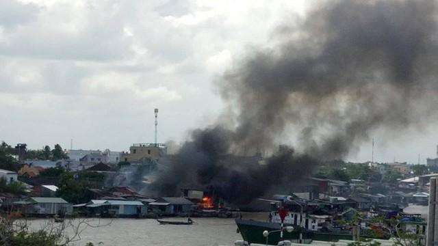 Cháy hàng loạt căn nhà ven chợ nổi Cái Răng, tàu chữa cháy được huy động - Ảnh 1.