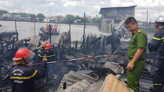 Cháy hàng loạt căn nhà ven chợ nổi Cái Răng, tàu chữa cháy được huy động - Ảnh 2.