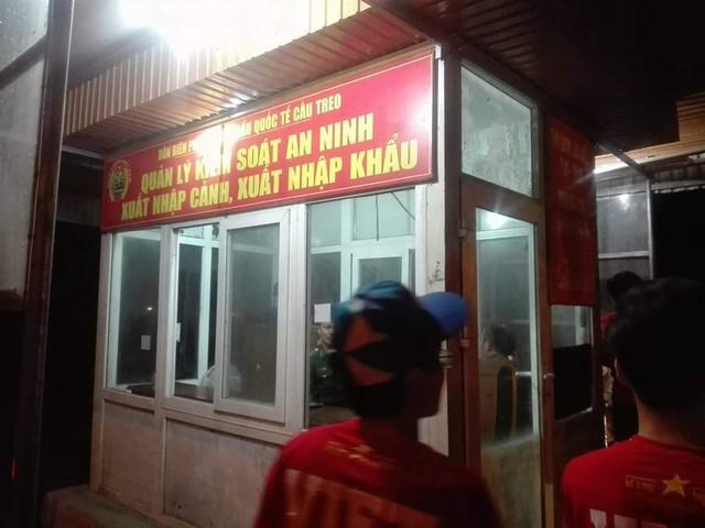 CĐV Việt Nam sang Lào cổ vũ AFF Cup 2018: Cả thôn rủ nhau lên đường, đói thì dừng ăn, xe hỏng thì dừng sửa - Ảnh 1.