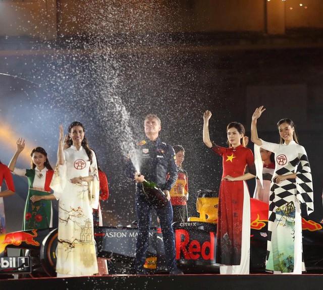 Cận cảnh siêu xe đua F1 ra mắt tại Hoàng thành Thăng Long - Ảnh 13.