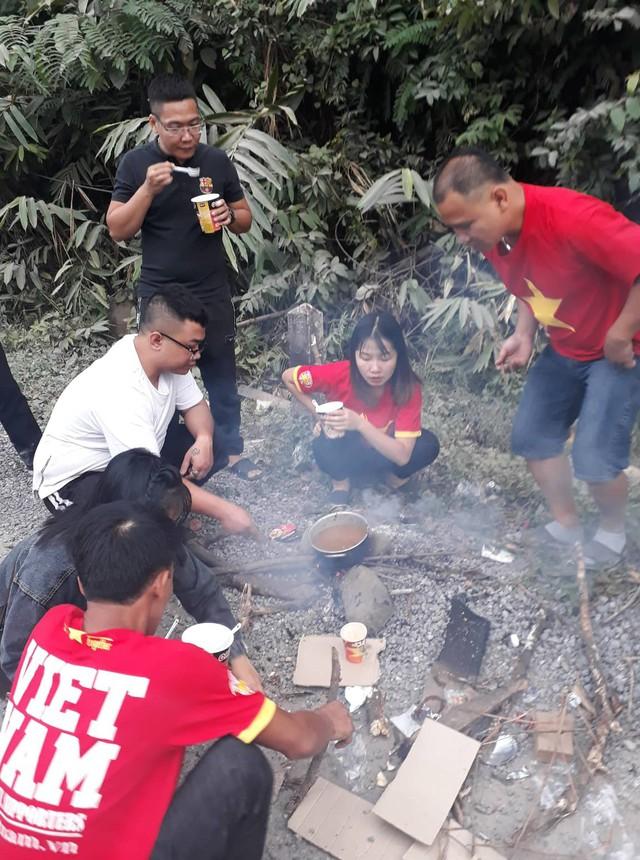 CĐV Việt Nam sang Lào cổ vũ AFF Cup 2018: Cả thôn rủ nhau lên đường, đói thì dừng ăn, xe hỏng thì dừng sửa - Ảnh 4.